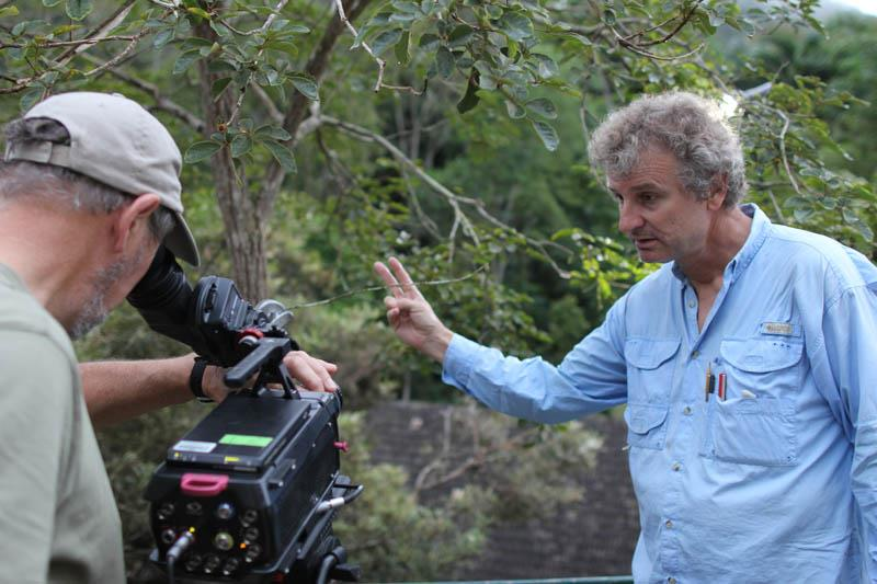 O diretor Paul Reddish marca o ponto de foco para o fotografo Mike Potts.