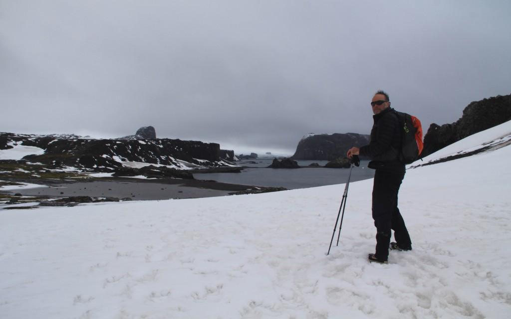 Nelson Barretta caminha sobre o gelo da Antártica