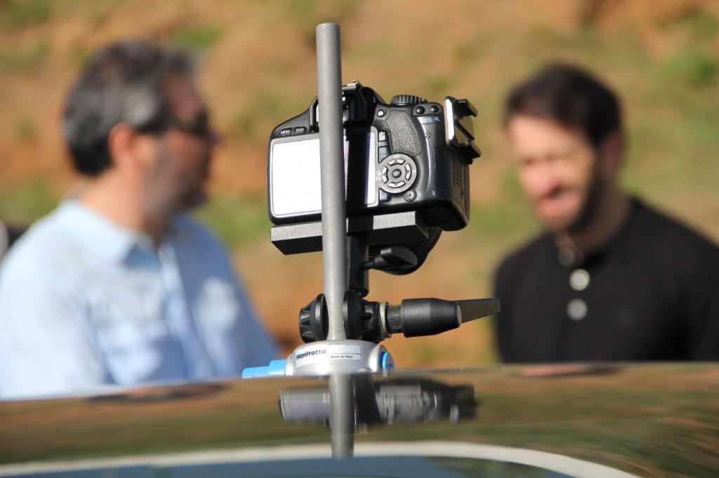 O diretor Tomaz Cavalieri e o piloto Ricardo Zonta fazem o briefing pouco antes das gravações.