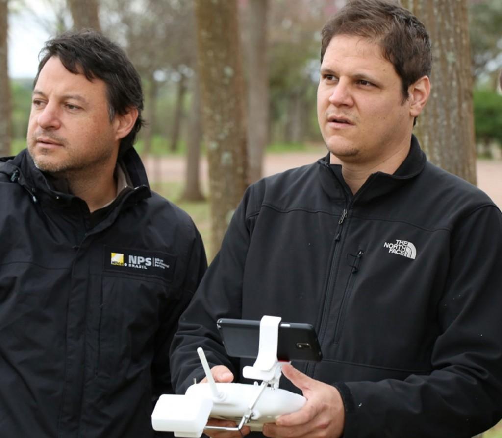 Renato Falzoni e Luciano Candisani fazem imagens com drone durante as gravações do vídeo do Rio da Prata em Bonnito.